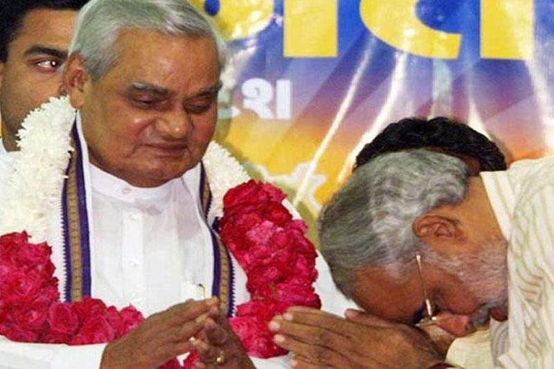 Vajpayee hugs Modi